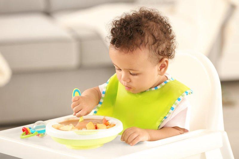 Tanda bayi siap mpasi - tertarik melihat orang lain makan 1.jpg