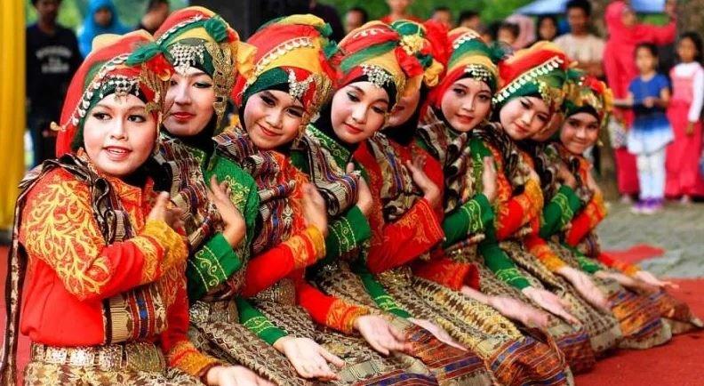 Tarian Tradisional Indonesia - Saman.jpeg