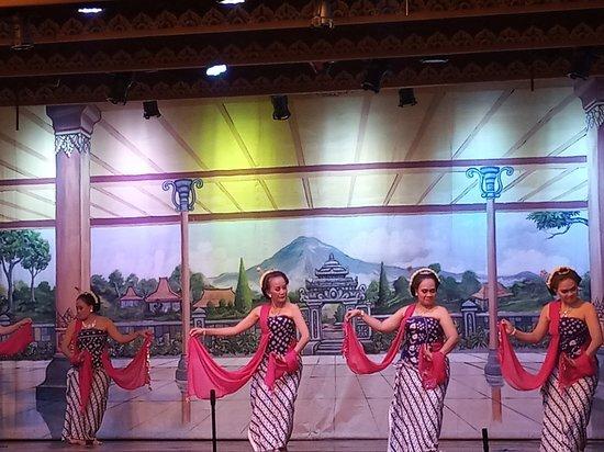 Tarian Tradisional Jawa Tengah - Gambyong.jpg