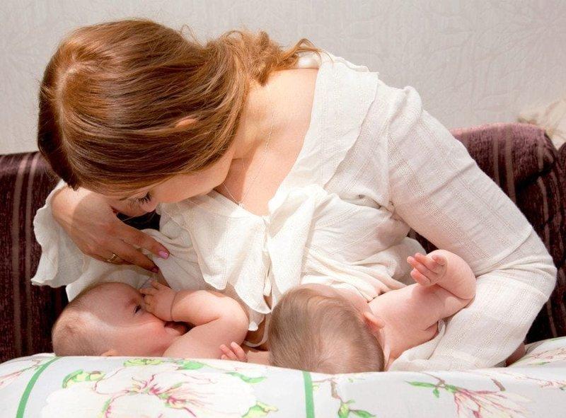 Tips Menyusui Bayi Kembar dengan Cup Feeder -4.jpg