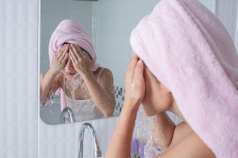 cara alami agar wajah glowing-cuci wajah