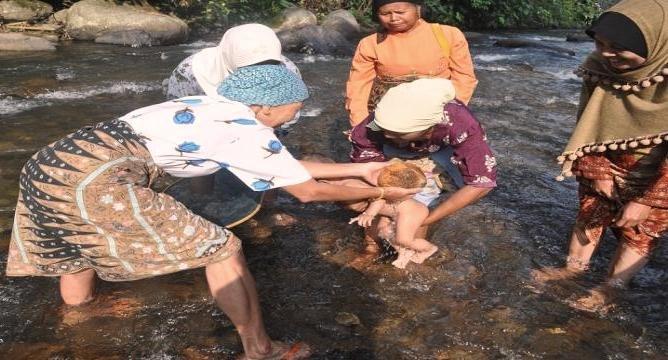 Tradisi Upacara Kelahiran Turun Mandi Bayi.jpg
