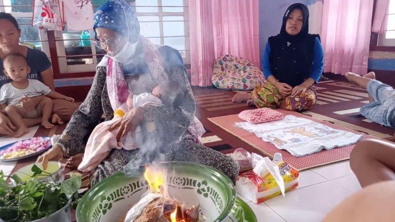 Upacara Kelahiran Bayi - Medak Api Lombok.jpg