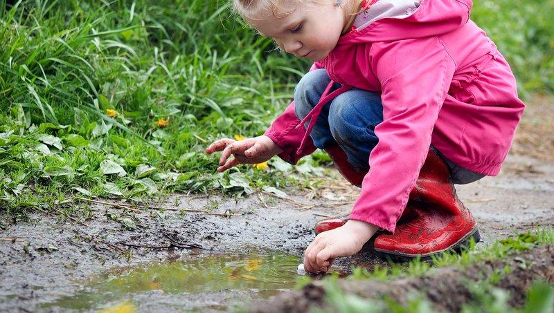 Waspada 7 Penyakit Saat Anak Bermain Di Air Kotor 1.jpg