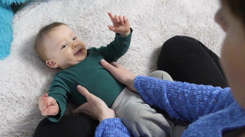 XX Hal yang Perlu Moms Ketahui Tentang Kebiasaan Menggelitik Bayi 4.jpeg