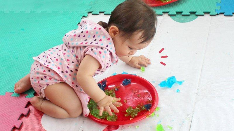 4 Permainan Sensori untuk Stimulasi Indera Penglihatan Bayi 0-12 Bulan, Yuk Coba!