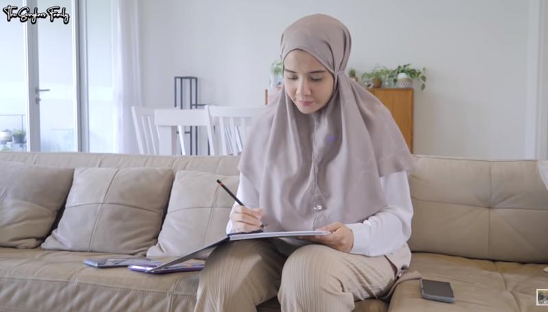 Zaskia Sungkar Kerja Saat Hamil.png