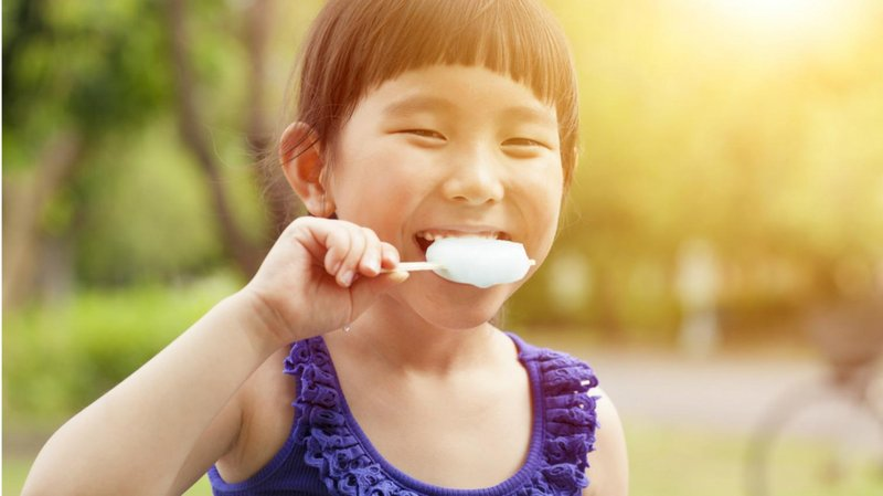 anak bahagia memakan es krim