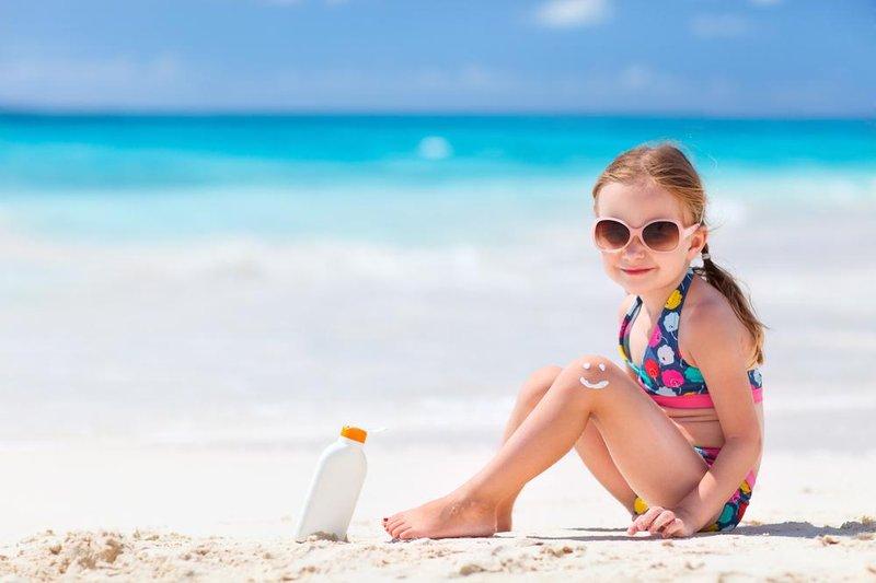 anak berjemur di pantai