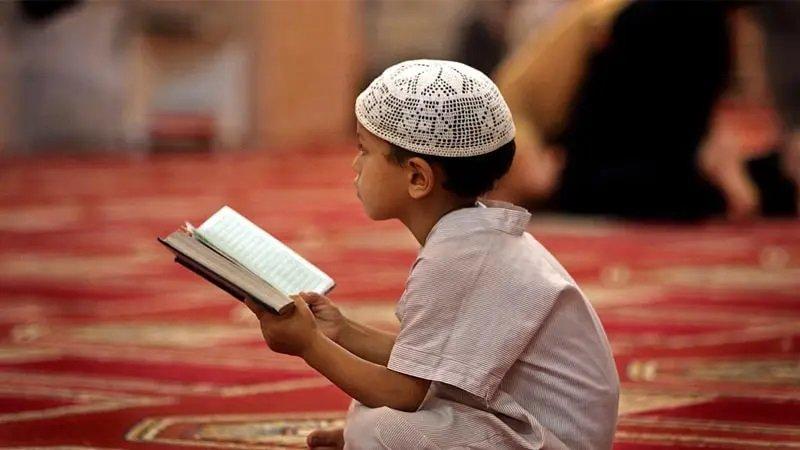 anak laki-laki baca al-quran