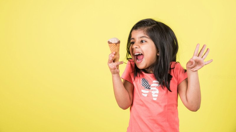 anak makan es krim