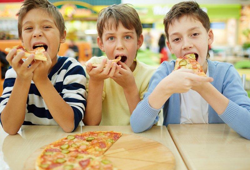 anak makan snack.jpg