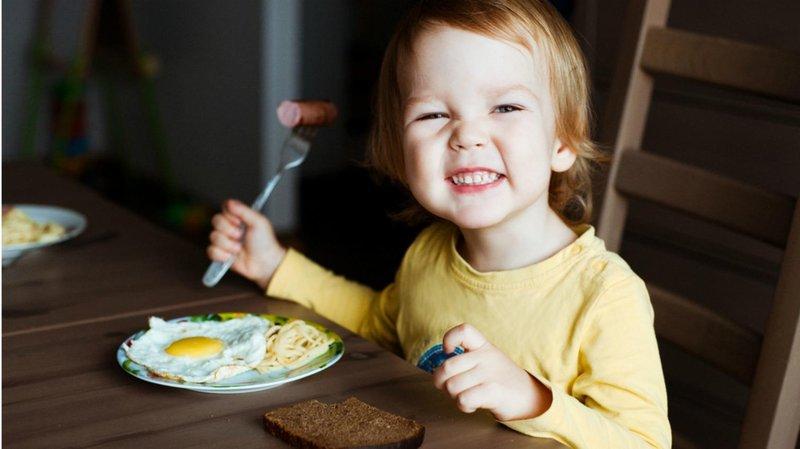 anak makan telur