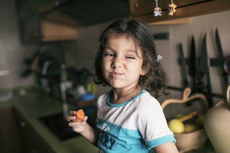 anak makan wortel.jpg