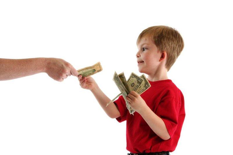 anak mendapatkan uang jajan