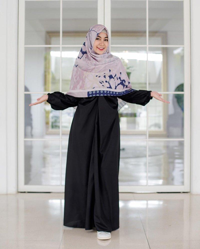 anisa tampil elegan dengan warna hitam
