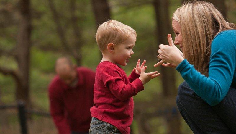 apa manfaat balita belajar bahasa isyarat sejak dini 4