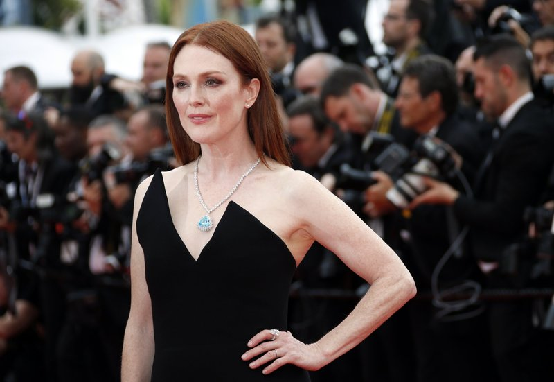 artis Hollywood melahirkan-julianne moore.jpg