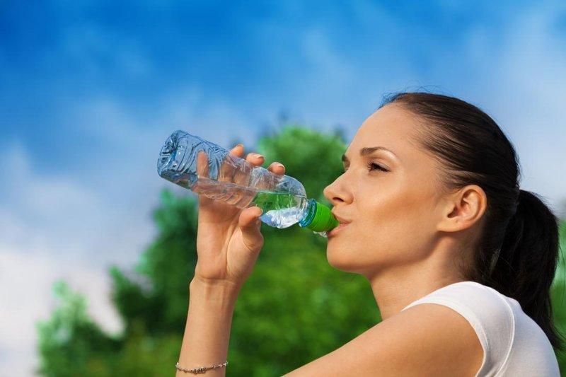 cara kurus yang aman-minum air putih