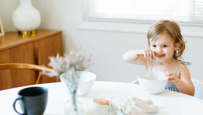 bagaimana menghadapi balita yang sulit berhenti makan 1