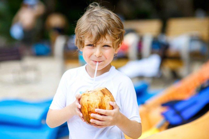 balita minum air kelapa-1.jpg