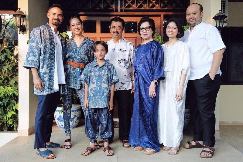 busana batik artis