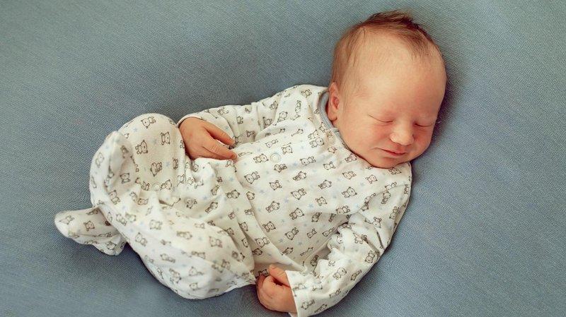 bayi tidur pakai piyama