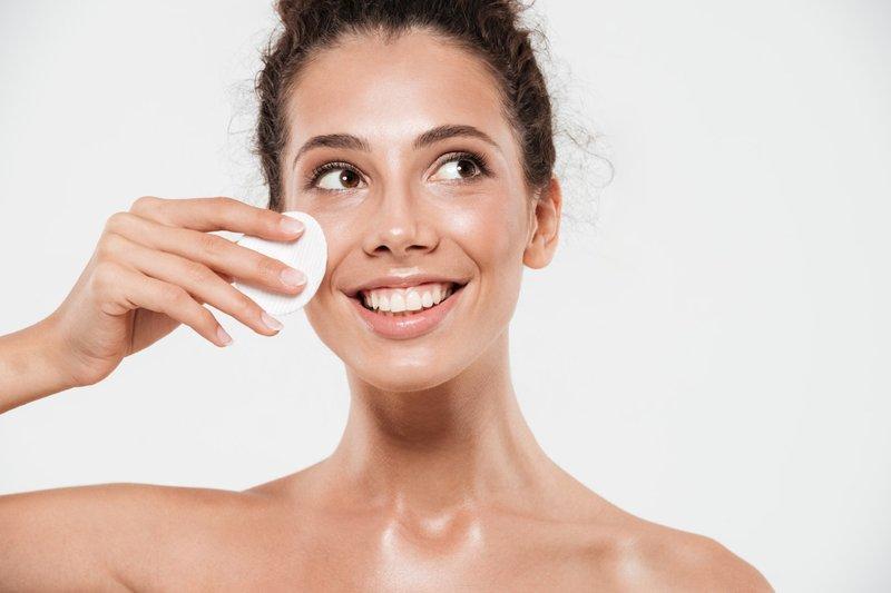 Baby oil membuat kulit terlihat sehat berkilau