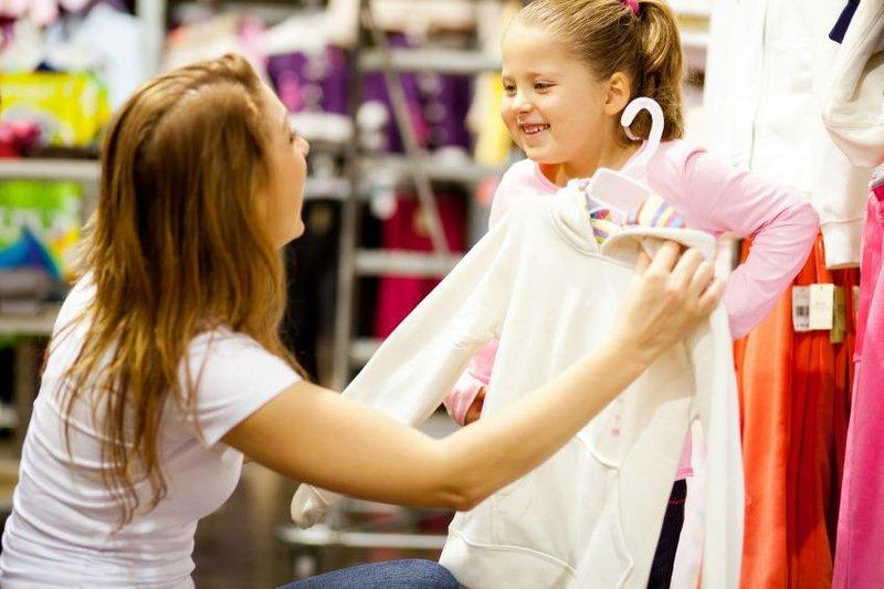berbelanja dengan anak perempuan