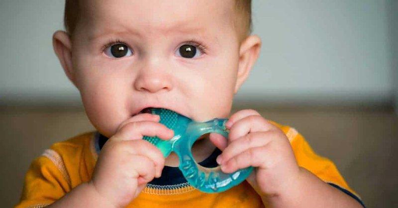beri perhatian khusus pada teether bayi berisi cairan atau gel