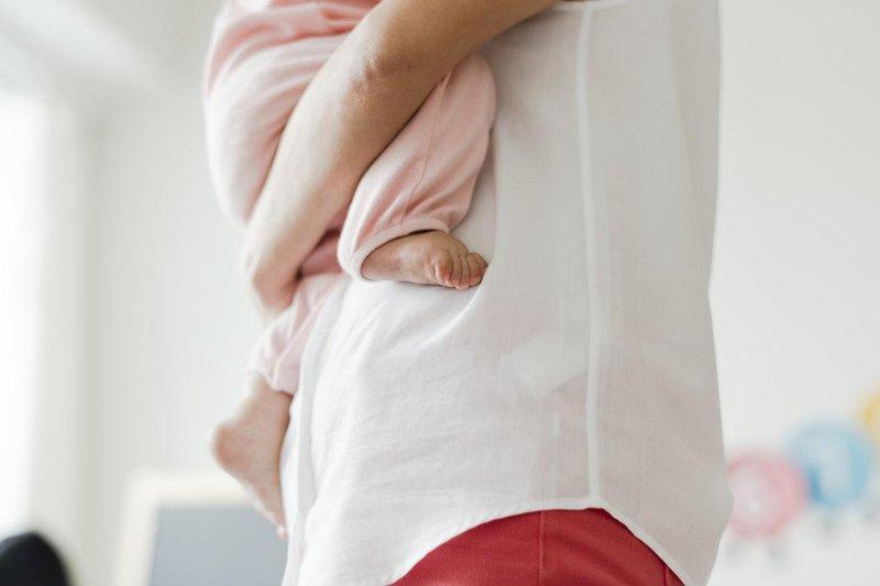 berikan kehangatan kaki bayi selalu dingin, apakah perlu dikhawatirkan.jpg
