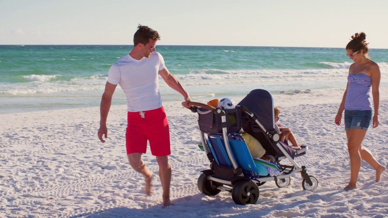cara melindungi kulit bayi saat di pantai-stroller.jpg