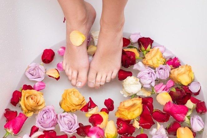 cara menggunakan air mawar untuk mandi.jpg
