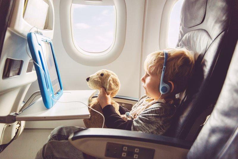 liburan Raisa dan keluarga kecilnya, menenangkan bayi di pesawat