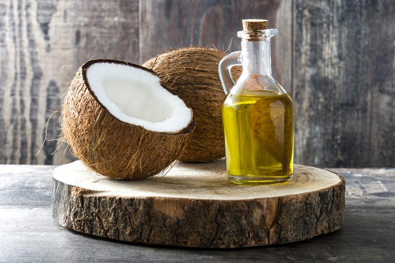 cara mengatasi bibir kering-minyak kelapa