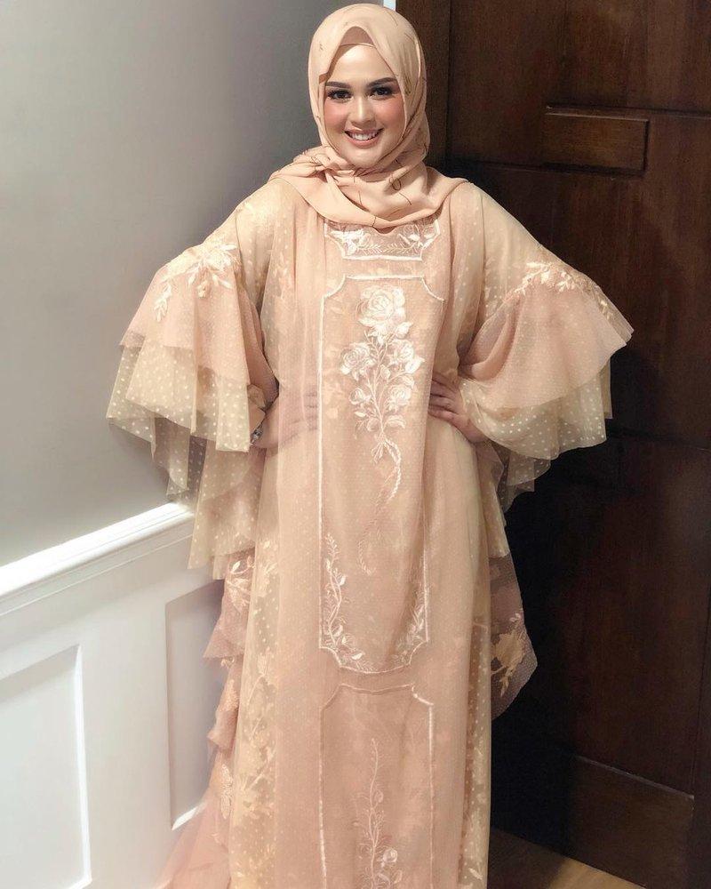 gaya busana hijab cut meyriska, busana hijab cut meyriska, cut meyriska