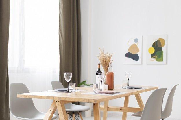 Meja makan dengan hiasan dinding