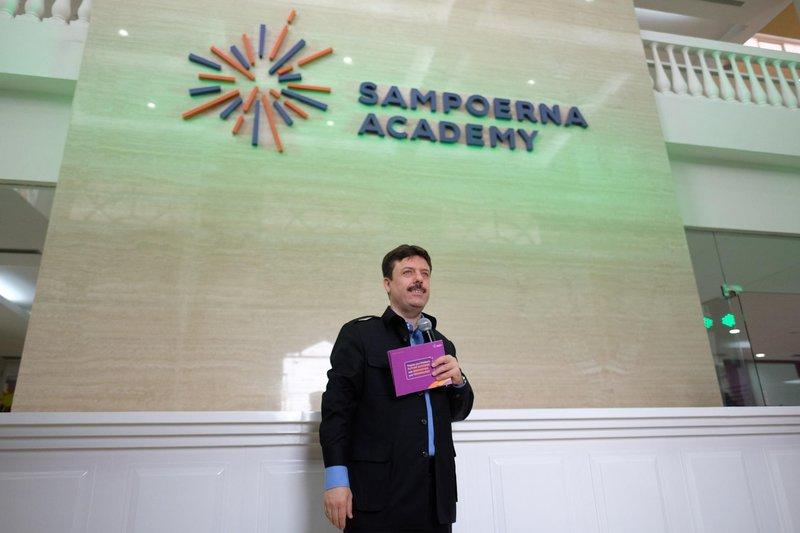 director of sampoerna academy, dr. mustafa guvercin, memberikan sambutan dalam peresmian sekolah baru sampoerna academy di sentul