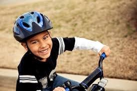 lindungi anak bermain helm