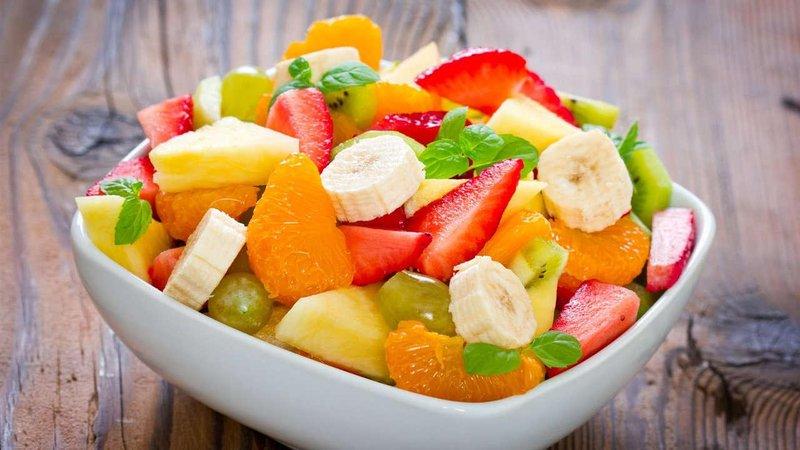 ensalada de fruta con papaya platano y arandanos