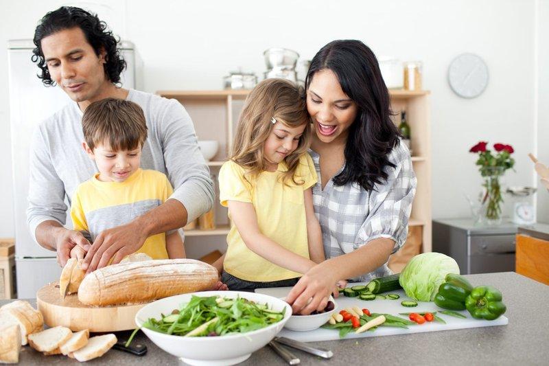 4 Tips Memasak yang Aman dan Menyenangkan Bersama Si Kecil