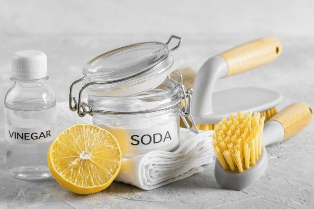 Lemon dan soda kue untuk setrika bersih