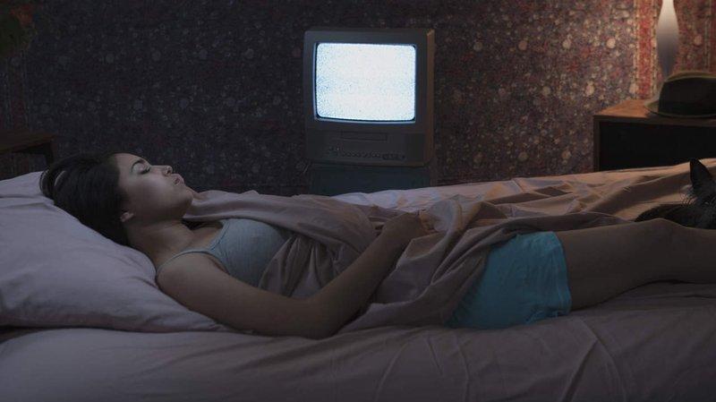 tidur tv menyala