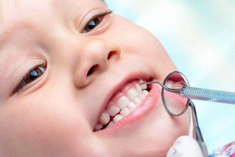 Membersihkan gigi anak