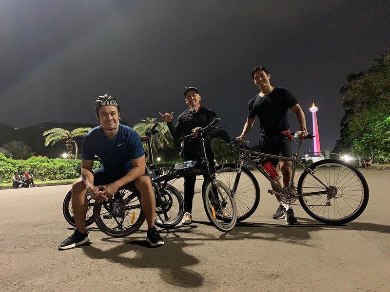 artis yang hobi bersepeda