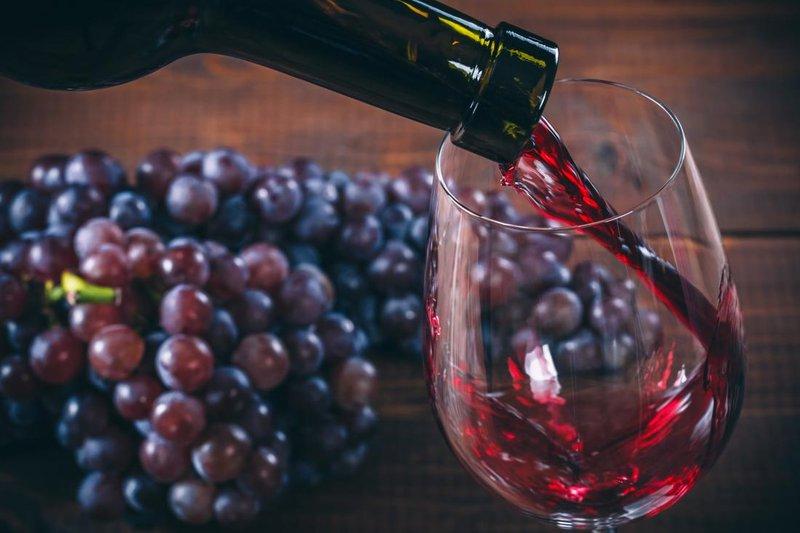 grapes-and-red-wine-glass-untuk-tes-kehamilan.jpg