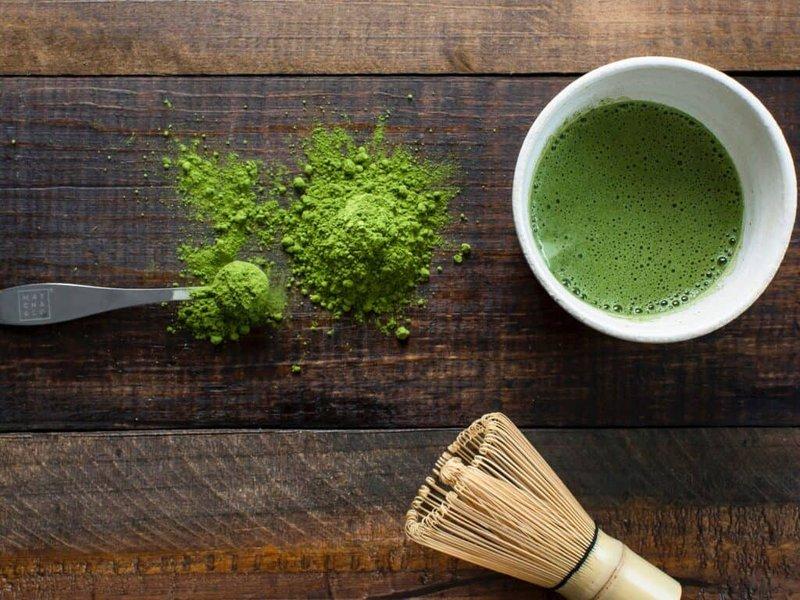perbedaan green tea dan matcha dari warnanya