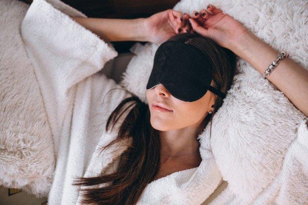 Penutup mata atau blindfold dapat menjadi salah satu benda untuk merangsang suami