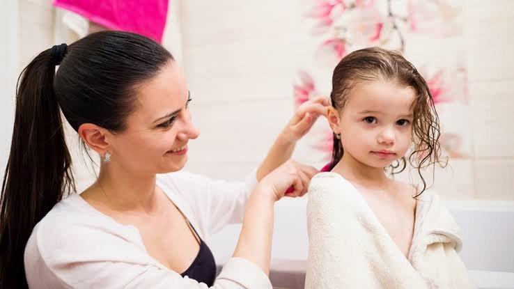 mengajari anak merawat rambut