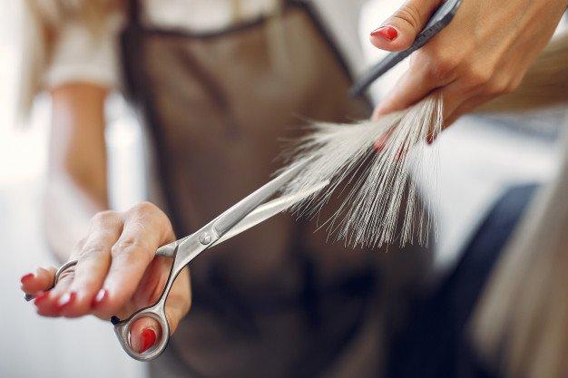 Memotong rambut yang bercabang